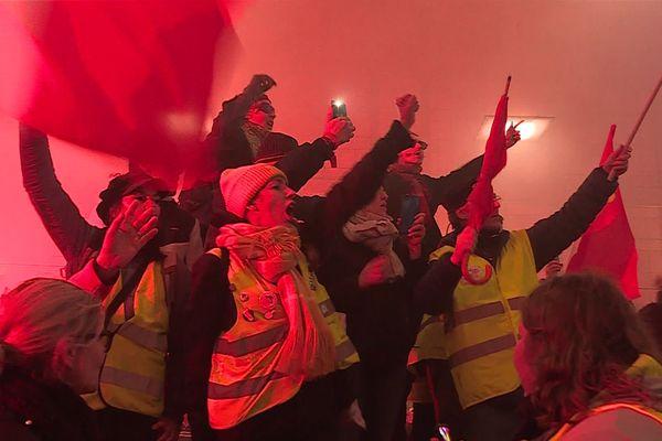 A Amiens, les manifestants se sont rassemblés devant le Zénith alors que la Maire Brigitte Fouré prononçait ses voeux