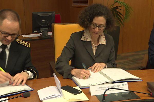 La secrétaire d'État Emmanuelle Wargon signant le CTE Nièvre