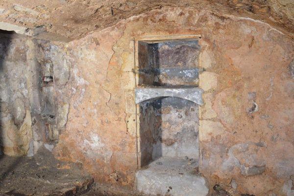 La présence dans ce qui fût, le quartier juif médiéval de Saint-Paul-Trois-Châteaux, d'une cave perpétuellement inondée est désormais interprétée comme l'emplacement d'un potentiel mikvé