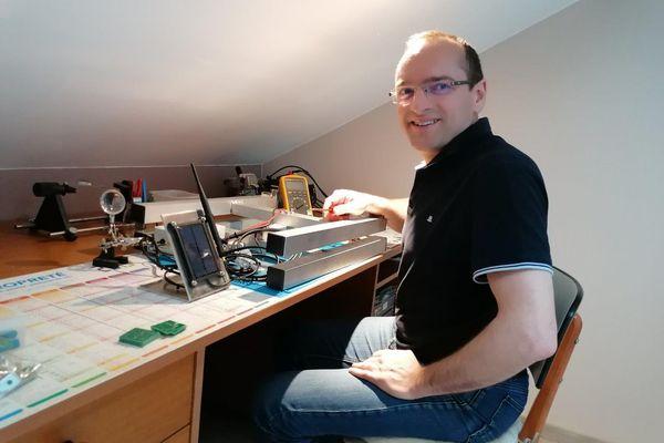 Christophe Moussy a conçu son système de ruche connectée chez lui, sur son temps libre.