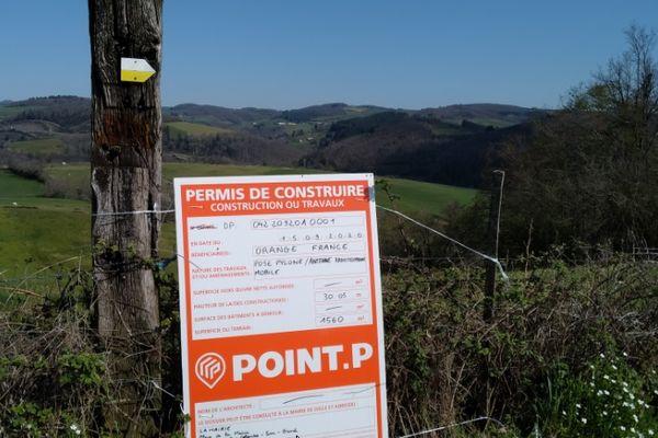 Les travaux devraient commencer prochainement dans ce champ de St-Colombe-sur-Gand (Loire) pour implanter une antenne, 3G et 4G selon Orange, 5G selon la mairie qui se base sur des documents officiels.