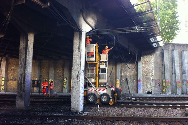 L'ouvrage d'art a été endommagé par les flammes, hautes de plusieurs mètres.