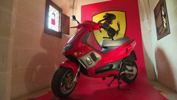 Ce scooter Gilera aux couleurs de la Scuderia Ferrari a appartenu à Michael Schumacher.