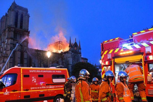 Les pompiers de Paris en intervention lors de l'incendie de la cathédrale Notre-Dame-de-Paris le 15 avril 2019