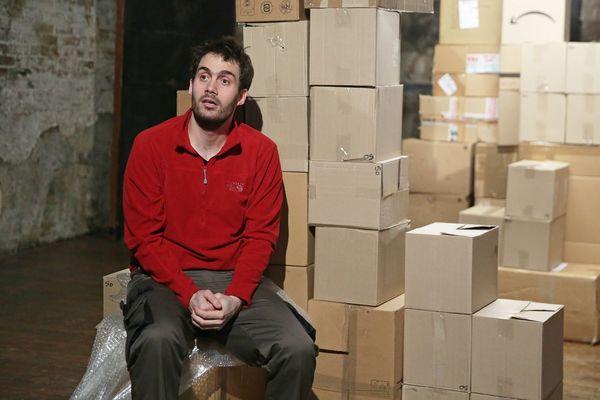 Entre les cartons, Nicolas Schmitt incarne Étienne A., un employé de l'entrepôt Amazon situé à Saran.