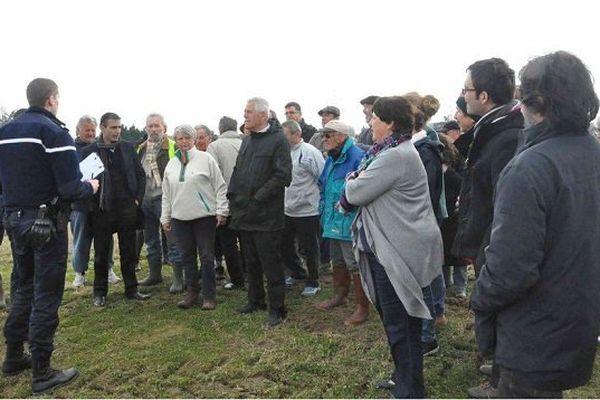 Le collectif anti Val Tolosa expliquant son action aux gendarmes