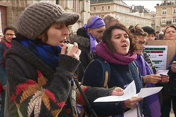 Les manifestantes entonnent l'hymne de la femme.