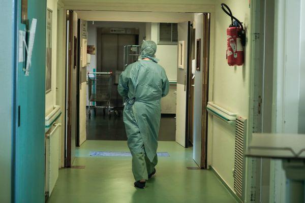 """""""Le suspect embauché en qualité d'infirmier dans une clinique de l'agglomération lyonnaise"""" précise le parquet de Lyon."""