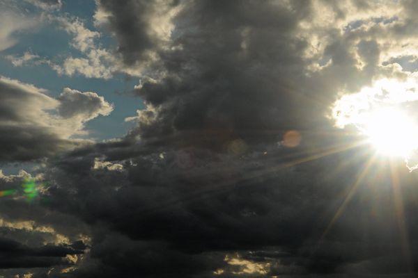 Un ciel normand entre soleil et nuages, le temps d'une averse...