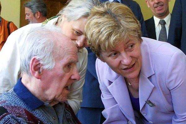 Paulette Guinchard en 2001 avec des personnes âgées.