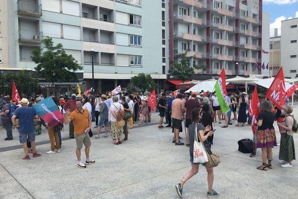 """Rassemblement clairsemé à Limoges pour la manifestation """"contre les idées de l'extrême-droite"""" et pour les libertés, samedi 12 juin 2021."""