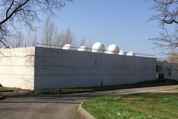 A Villenave-d'Oron, le milliardaire Elon Musk a installé une station de relais satellitaire d'une filiale de SpaceX.