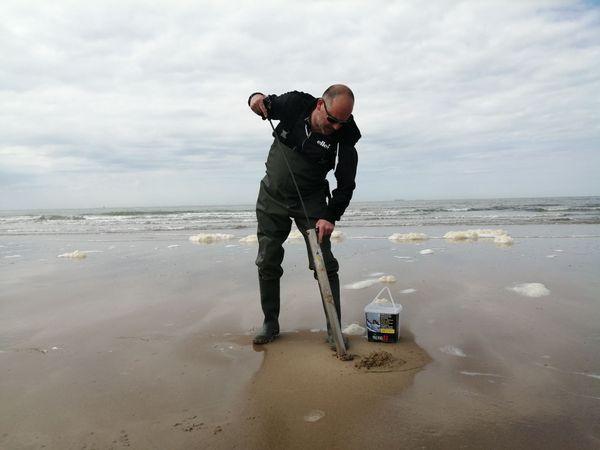 Un pêcheur à pied ce samedi à Calais.