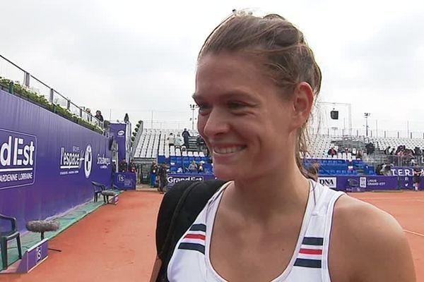 Chloé Paquet tout sourire après sa victoire lors du premier tour des Internationaux de tennis de Strasbourg