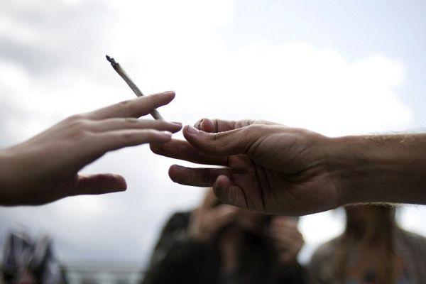 Deux jeunes consommateurs de cannabis s'échangeant un joint. (illustration)