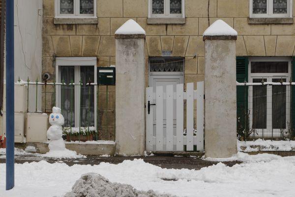 La neige redonne aussi un peu d'humanité aux rues vidées de leurs habitants.
