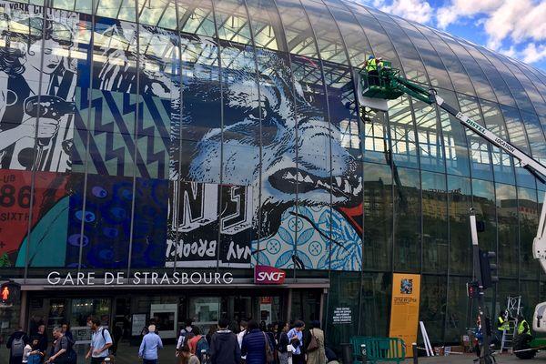 Une fresque de 1000 mètres carré orne désormais la verrière de la gare de Strasbourg.