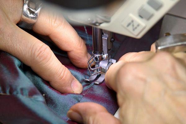 Face à l'épidémie de coronavirus, dans l'Allier, un fabricant de vêtements professionnels cherche des couturières bénévoles pour coudre des masques à leur domicile.