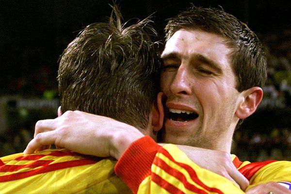 """Grégory Deswarte, en pleurs, dans les bras de Fabrice Baron. Il n'en revient pas """"Calais est en finale de la Coupe de France !"""""""