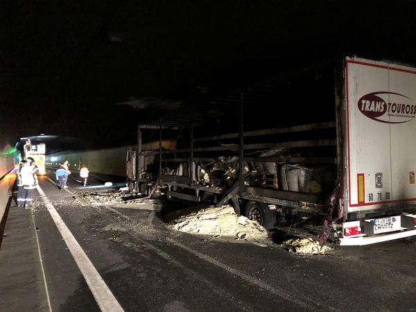 Un camion a pris feu dans le tunnel de Chamoise, ce mardi 25 mai vers 5h15, sur l'A40, dans le sens Mâcon / Genève. Le chauffeur est légèrement blessé. Il a inhalé des fumées.