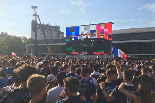 La foule devant l'écran géant installé esplanade Charles de Gaulle à Rennes, pour la demi-finale qui a vu la victoire de la France