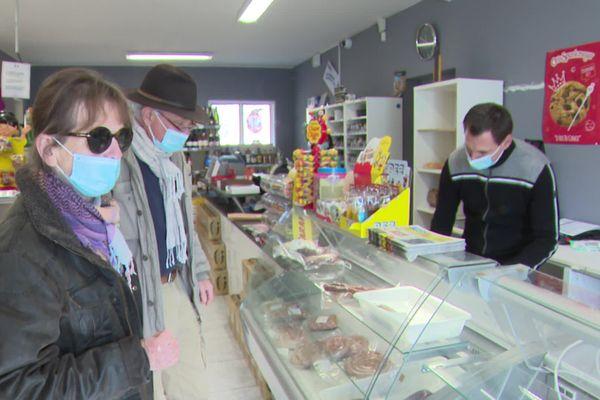 Ceilhes-et-Rocozels - Le commerce multi-service propose de nombreux services : épicerie, gaz, timbre, tabac, dépôt de pain - 27.03.21