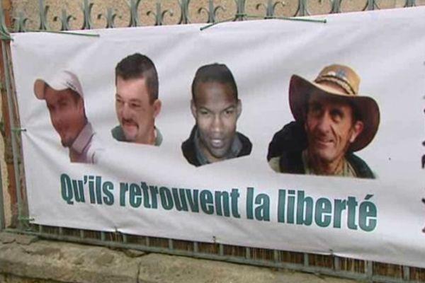 Une banderole en soutien aux otages français retenus au Sahel a été dévoilée à Castries.