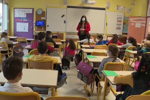 Dans une classe de l'école Jean Moulin de Soyaux en Charente, pour la rentrée scolaire de ce lundi 2 novembre.