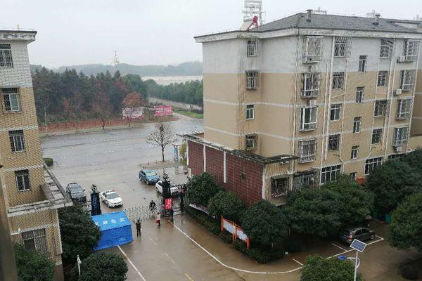 À partir du 6 février, aucune entrée ou sortie du quartier de Xianning où réside Ruirui n'est autorisée car un cas de Covid-19 s'est déclaré. Un gardien surveille le portail d'accès.