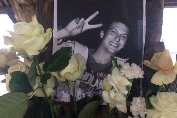 Des roses déposées devant la photo de Sami, un jeune de Questembert, décédé dans une bagarre samedi 22 octobre