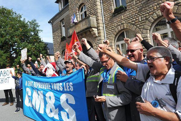 La manifestation des ex-GM&S Industry devant la mairie d'Egletons pendant la visite d'Emmanuel Macron