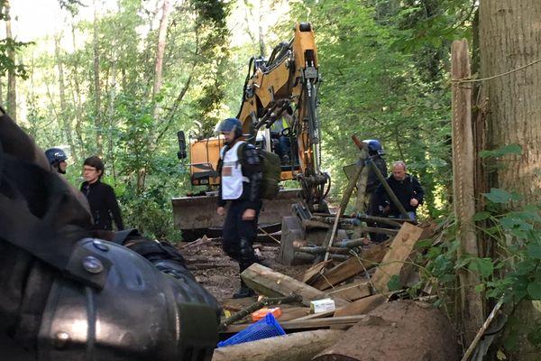 Un bulldozer dans la ZAD du Moulin, à Kolbsheim (Bas-Rhin).