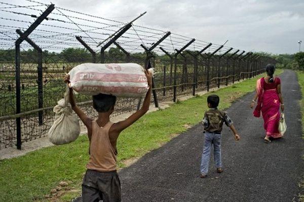 Des barbelés pour séparer Indiens et Bengladais