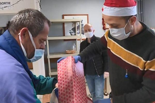 Distribution de cadeaux à la Halte à Brest grâce à l'opération des calendriers de l'avent inversés
