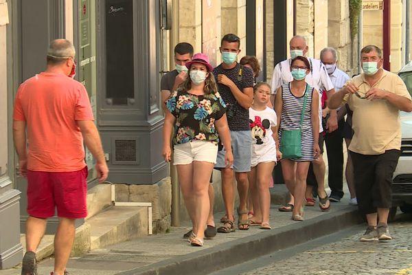 Pour profiter des charmes de la cité médiévale de Saint-Emilion, les visiteurs doivent obligatoirement porter un masque.