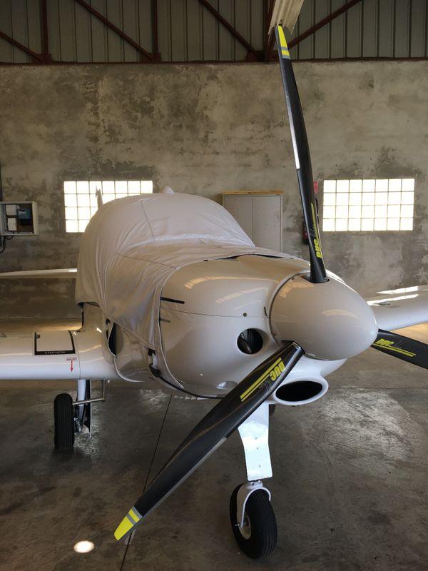 Le port du masque est obligatoire apparemment sur le fuselage des avions, mais, pas très pratique pour le décollage
