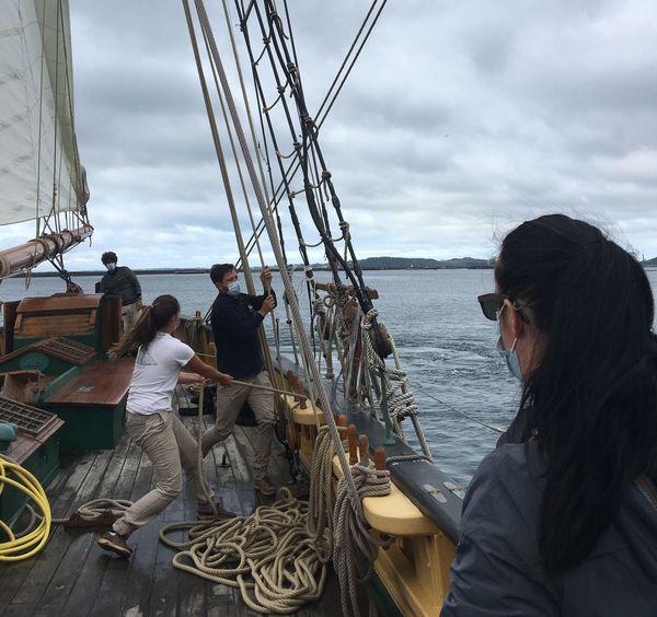 Les passagers de la Recouvrance, masqués, observent les manœuvres du bord sans pouvoir prêter main-forte aux matelots.