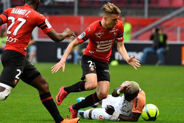Adrien Hunou face au défenseur Colombien Oyongo de Montpellier