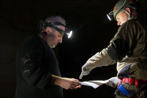 Archéologues dans la carrière souterraine de Fleury-sur-Orne