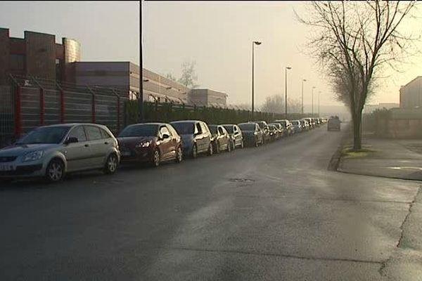 15/01/14 - Longue file d'attente devant le centre Logista France de Mions (Rhône)