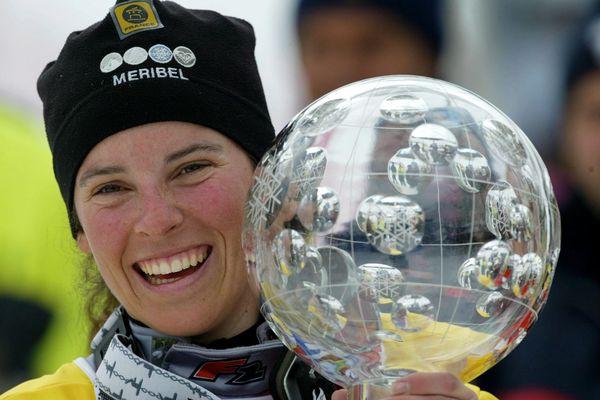 Julie Pomagalski avec son gros globe de vainqueur du classement général de la coupe du monde de snowboard en 2004.