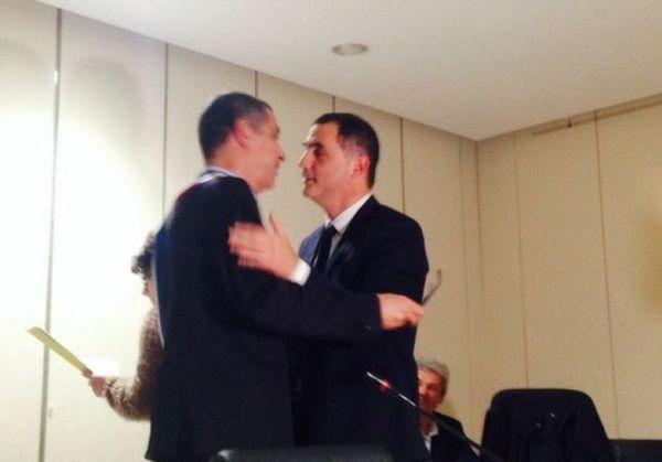 Gilles Simeoni, nouveau président de l'exécutif, passe le relais à Pierre Savelli le 7 janvier 2016 au cours du conseil municipal.