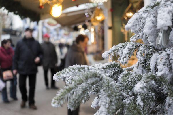 Le marché de Noël sur les Champs-Elysées, à Paris, en décembre 2015.