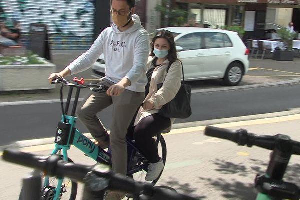 """La start-up Pony lance un service de """"covélotage"""" à Grenoble, des bicyclettes bi-places en location libre-service."""