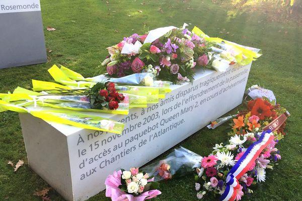 La stèle installée au jardind es Plantes de Saint-Nazaire à la mémoire des victimes de la passerelle du Queen Mary 2