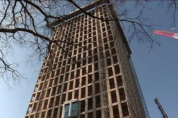 L'ancienne tour EDF dans le quartier Part-Dieu (Lyon 3e) rebaptisée Silex 2 est en chantier ...