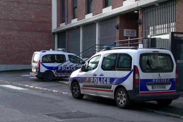 L'homme se serait donné la mort devant le commissariat de Bruay-la-Buissière.