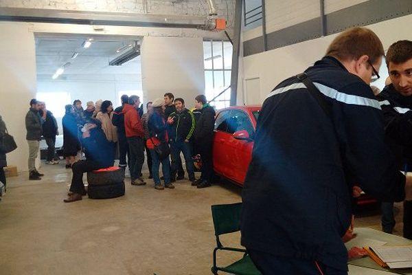 Un hôpital de campagne a été installé par les pompiers dans un garage voisin