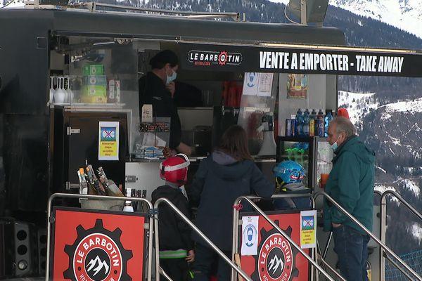 Cédric Lacombe a transformé une dameuse en food-truck pour poursuivre son activité pendant la crise sanitaire.