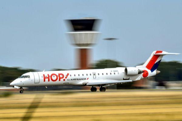 Un avion de Hop! photographié au moment de son atterrissage sur l'aéroport de Lille-Lesquin.